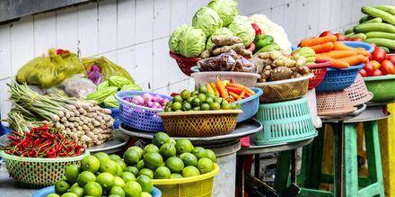 Kika på exotiska frukter på fruktmarknaden i Saigon.