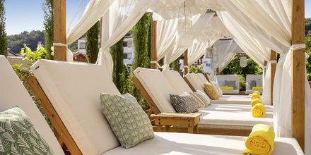 Poolområdet på hotell  Samaina Inn i Karlovassi, Samos.
