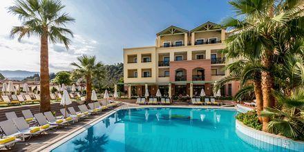Poolområde på hotell  Samaina Inn i Karlovassi, Samos.