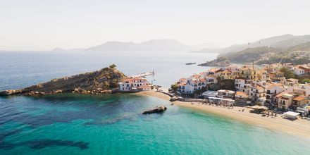 Vy över Kokkari på Samos, Grekland.