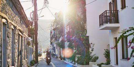 Ta en promenad i centrum i Kokkari på Samos, Grekland.