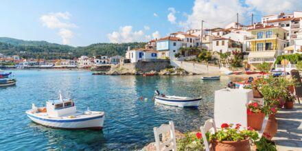 Den charmiga hamnen i Kokkari på Samos.