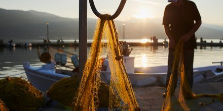 Skymning i hamnen i Samos stad, Grekland.