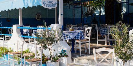 Njut av en god lunch eller middag med utsikt över havet.