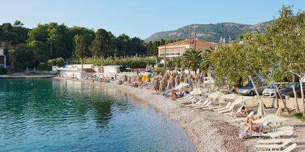 Strand i Samos stad, Grekland.