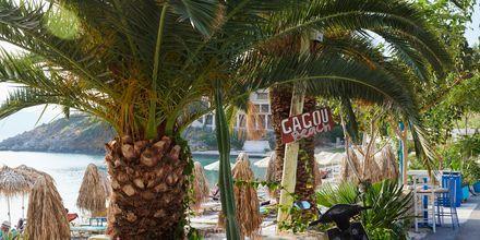 Avkopplande dagar på Gagou Beach i Samos stad, Grekland.