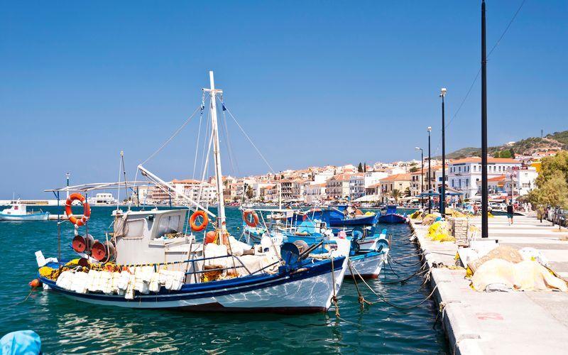 Den pittoreska hamnen i Samos stad, Grekland.