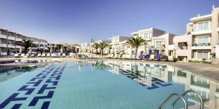 Poolområdet på hotell Santa Helena Beach i Platanias på Kreta, Grekland.