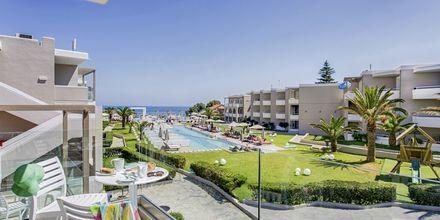 Utsikt över poolområdet på Santa Helena Beach i Platanias på Kreta.