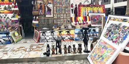 Gatumiljö i Santa Maria stad, Kap Verde.
