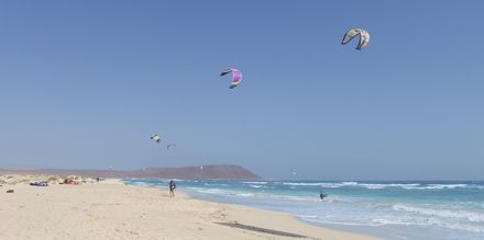 Kitesurfing på Santa Maria Beach, Kap Verde.