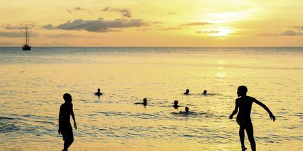 Solnedgång över Santa Maria Beach på ön Sal, Kap Verde.