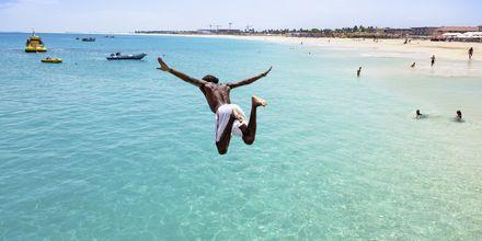 Dyk från piren i Santa Maria Beach på ön Sal, Kap Verde.