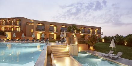 Pool vid den nyare delen Pearl Wing på hotell Santa Marina Beach på Kreta, Grekland.