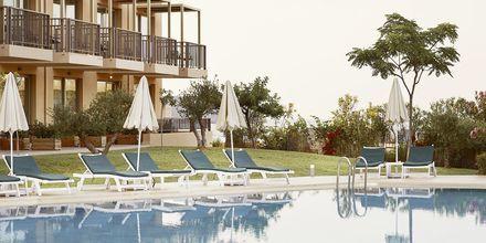Relaxpoolen vid den nyare delen Pearl Wing på hotell Santa Marina Beach på Kreta, Grekland.