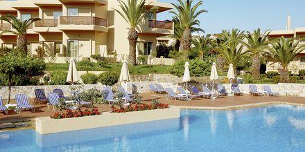 Poolområde på hotell Santa Marina Beach på Kreta, Grekland.