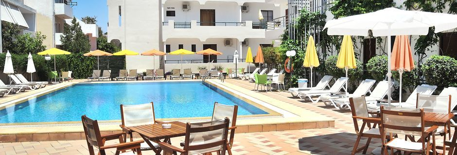Poolområdet på hotell Santa Marina i Kos stad på Kos, Grekland.