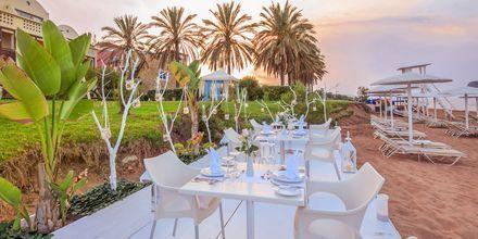På hotell Santa Marina Plaza finns det möjlighet att äta en middag för två vid stranden.