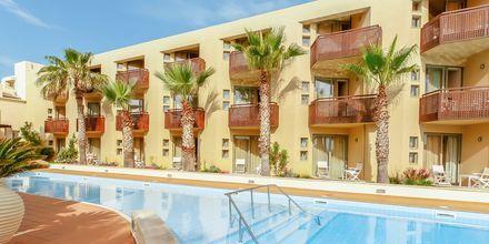 Poolområdet på hotell Santa Marina Plaza på Kreta, Grekland.