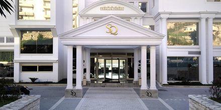 Entrén på hotell Santa Quaranta i Saranda, Albanien.