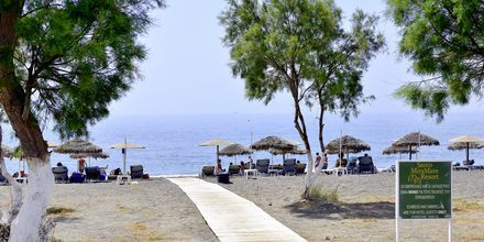 Stranden vid Santo Miramare Resort på Santorini, Grekland.