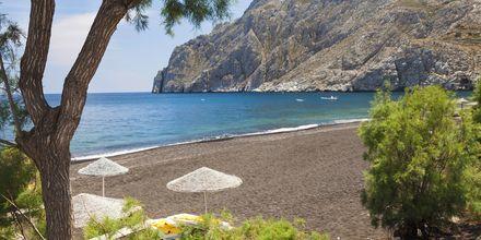 Strand i Kamari på Santorini, Grekland.