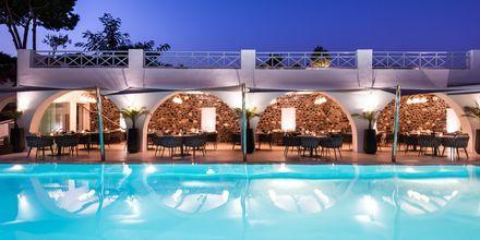 Poolområde och restaurang på Santorini Kastelli Resort på Santorini, Grekland.