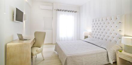 Dubbelrum på hotell Santorini Palace på Santorini, Grekland.