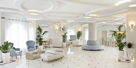 Lobbyn på hotell Santorini Palace i Grekland.