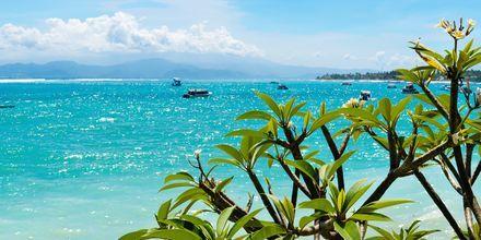 Ta en båttur till vackra Lembongan nära Bali.