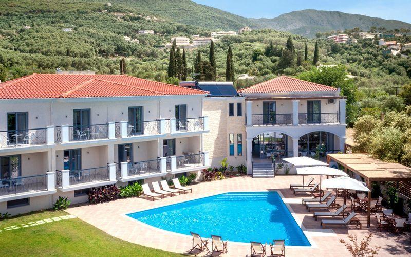 Poolen vid hotell Sappho i Parga, Grekland.
