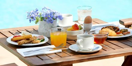 Frukost på hotell Sappho i Parga.