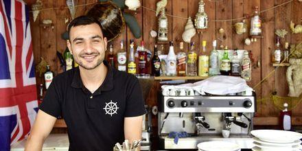 Längs strandpromenaden ligger kaféer som erbjuder både kalla drycker och espressokaffe.