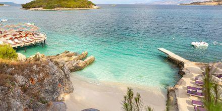 Den populära stranden Ksamil i Albanien.