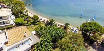 Vy över strand och hotellområde på hotell Seaview på Lefkas, Grekland.