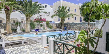 Poolområdet på hotell Sellada Beach på Santorini, Grekland.