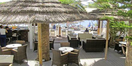 Baren på hotell Sellada Beach på Santorini, Grekland.