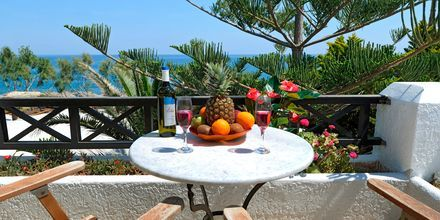 Balkongvy från hotell Sellada Beach på Santorini, Grekland.