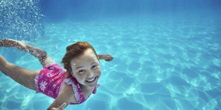 På Swim School by Apollo lär sig barnen att simma enligt Svenska Simförbundets pedagogik.