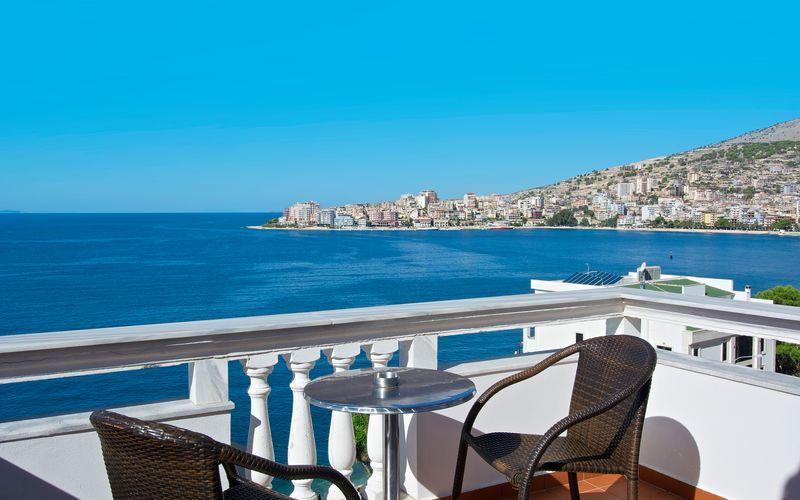 Dubbelrum med balkong och havsutsikt på hotell Serxhio i Saranda, Albanien.