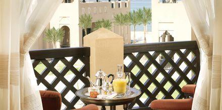 Balkong/terrass på hotell Sharq Village & Spa.