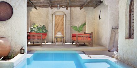 Pool på spaområdet på hotell Sharq Village & Spa.
