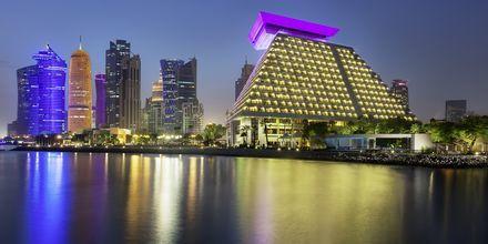 Sheraton Grand Doha Resort i Doha sett från vattnet.