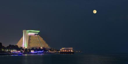 Sheraton Grand Doha Resort i Doha, Qatar på kvällen.