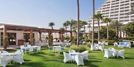 Hotellets poolrestaurang Pool Café har lättare rätter som sallader och hamburgare.