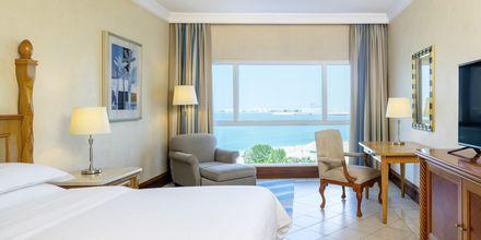 Deluxerum på hotell Sheraton Jumeirah Beach Resort i Dubai, Förenade Arabemiraten.
