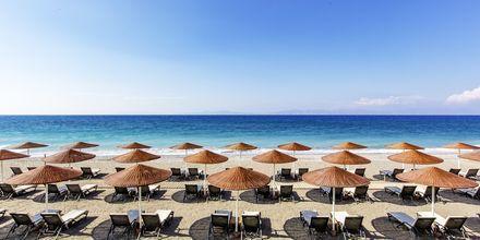 Stranden vid hotell Sheraton Rhodes Resort på Rhodos, Grekland.