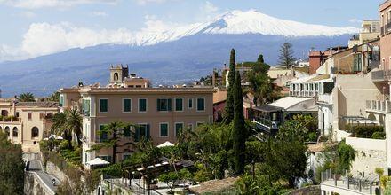 Taormina med vulkanen Etna i bakgrunden.