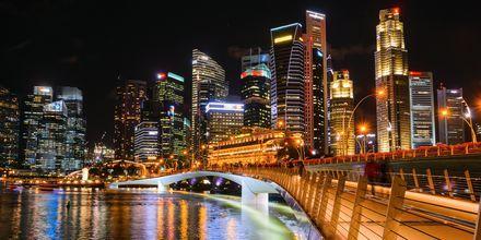 Singapore på kvällen, en upplyst stad.