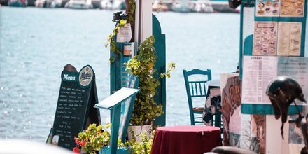 Restaurang vid havet i Sitia på Kreta, Grekland.